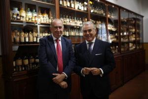 presidente-y-director-exposicion-galeno-con-frascos